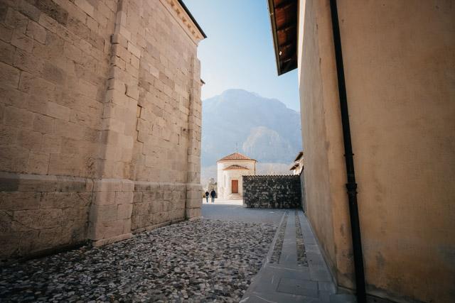 на фото музей мумий в борго Венцоне в Италии