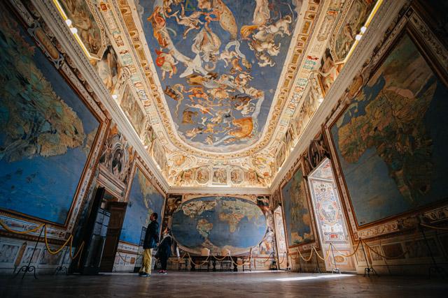 на фото зал в палаццо Фарнезе в городе Капрарола под Римом в Италии