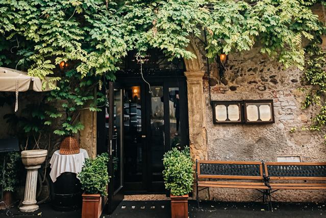 на фото вход в ресторан Antica Torretta в Вероне