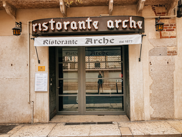 вход в ресторан Arche в Вероне