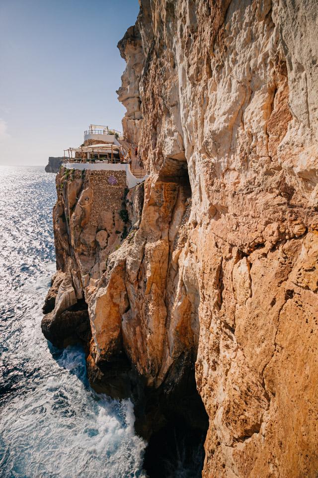 Бар в пещере на острове Менорка в Испании
