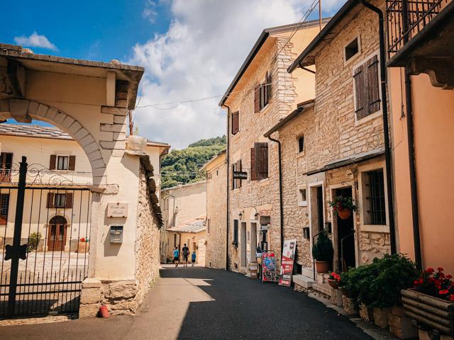центральная улица города Молина в Италии рядом с Вероной