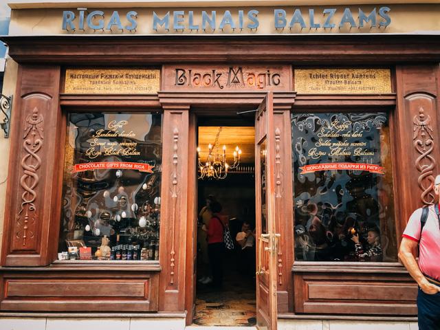 бар, в котором продают рижский бальзам в центре риги