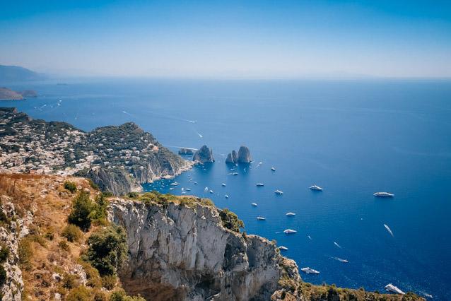 вид на скалы форальони на острове Капри рядом с Неаполем в Италии