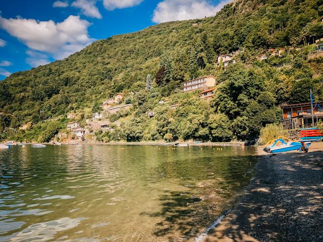 пляж Lido в Каннеро Ривьера на озере Маджоре в Италии