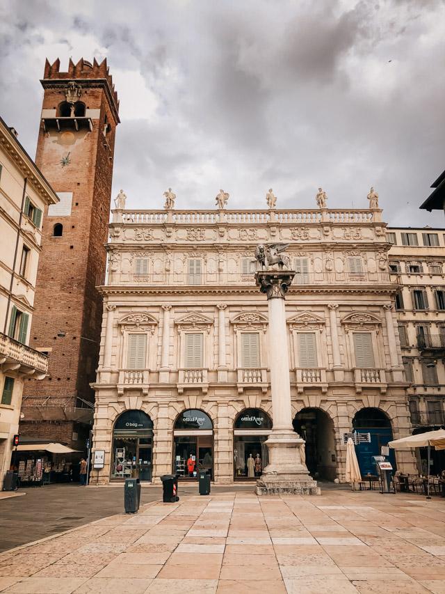палаццо маффей на площади делле эрбе в Вероне, Италия