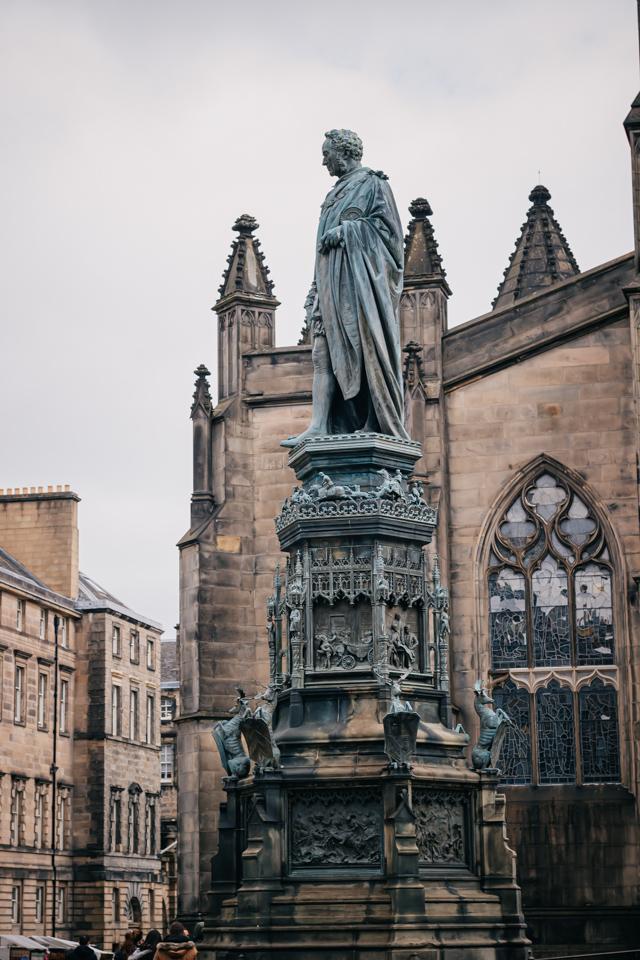 Памятник герцогу Вальтеру Дугласу Скотту на Парламентской площади в Эдинбурге