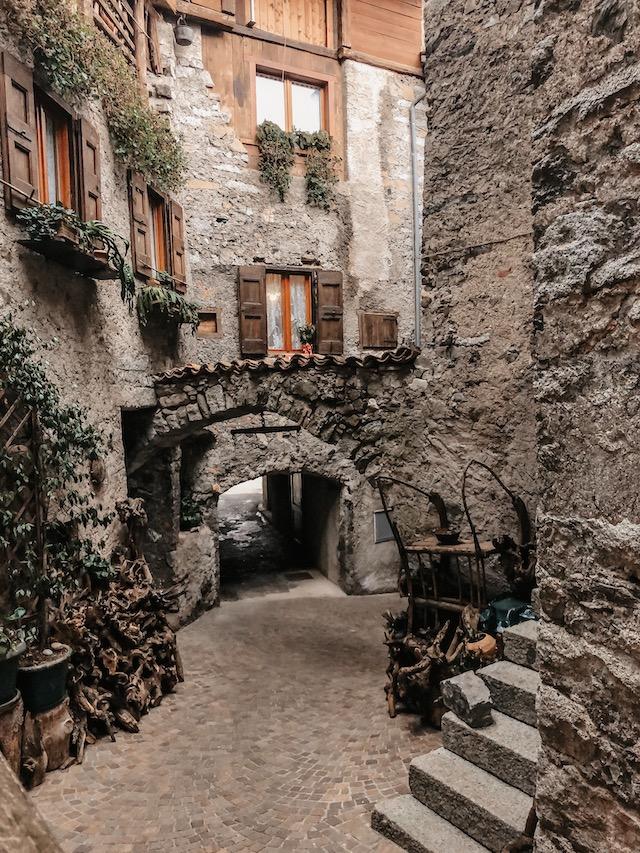Улочка в борго Бондоне в регионе Трентино на севере Италии