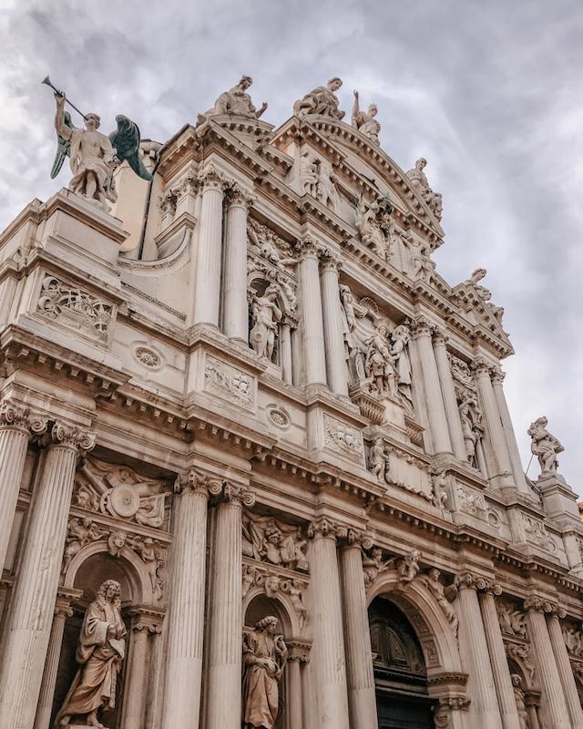 фасад церкви со скульптурами в Венеции