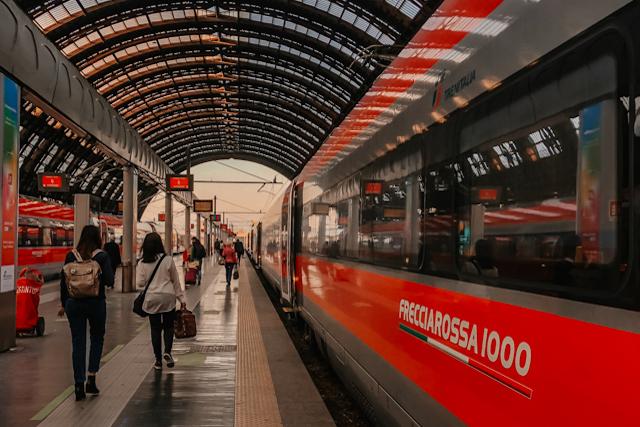 платформа и поезд на центральном вокзале в Милане