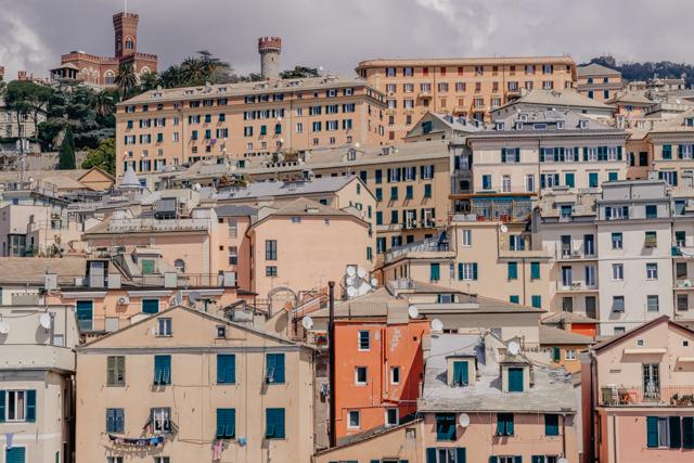 Вид на Геную с террасы музея моря
