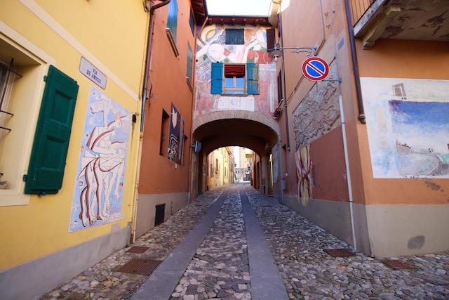 на фото одна из улочек в городе Доцца, Италия