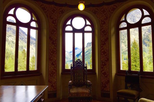 на фото вид из столовой в замке Савойя в Валле д'Аоста