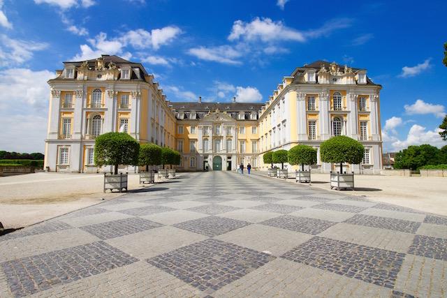 на фото Дворец Аугустбург в городе Брюль, Германия