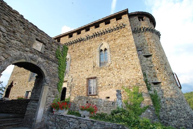 на фото замок в Компьяно, который расположен в 80 ки от Чинкве-Терре