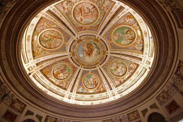 на фото палаццо Фарнезе в Капрарола