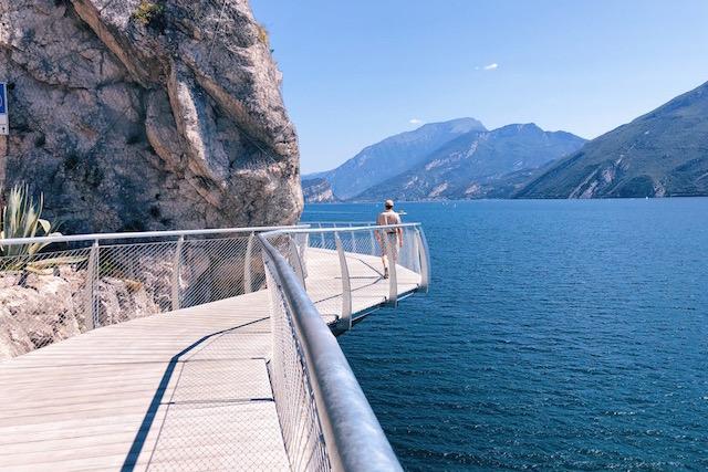 Самая живописная велосипедная и пешеходная дорожка в Европе находится на озере Гарда.