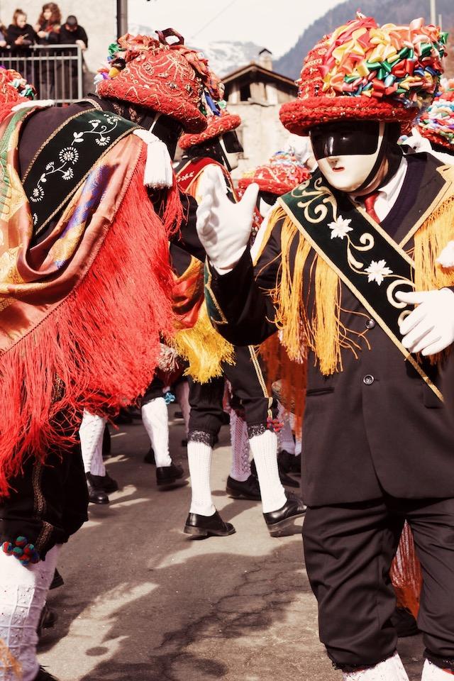 на фото танцоры карнавала в Баголино Карнавалы в Италии: Баголино Карнавалы в Италии: Баголино carnaval v italii bagolino tanzori