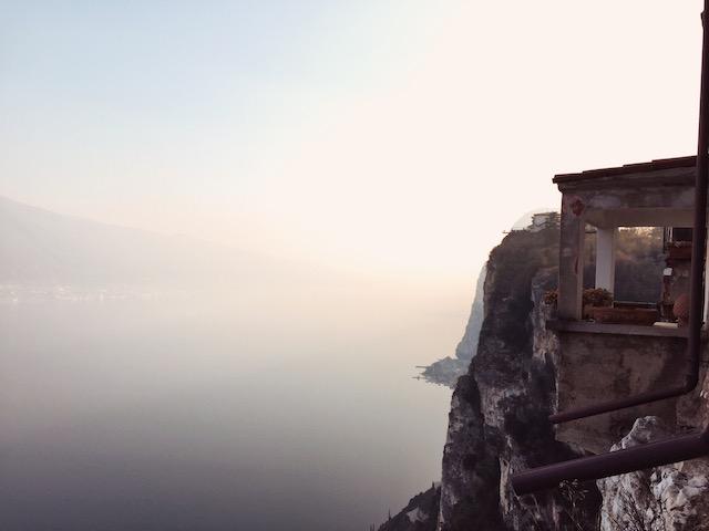 на фото один из видов, который открывается со смотровой площадки в городе Тремозине на озере Гарда Гарда площадки гарда Италия гарда что смотреть гарда Панорамные площадки на озере Гарда tremosine ozero garda