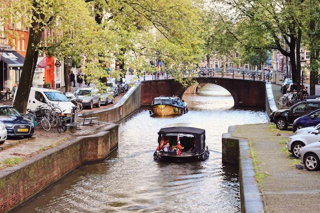 на фото канал в Амстердаме