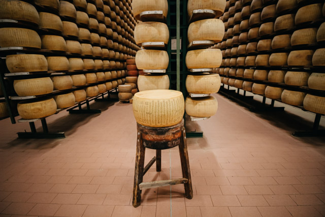 хранилище сыра пармиджано реджано на сыроварне рядом с городом Парма в Италии