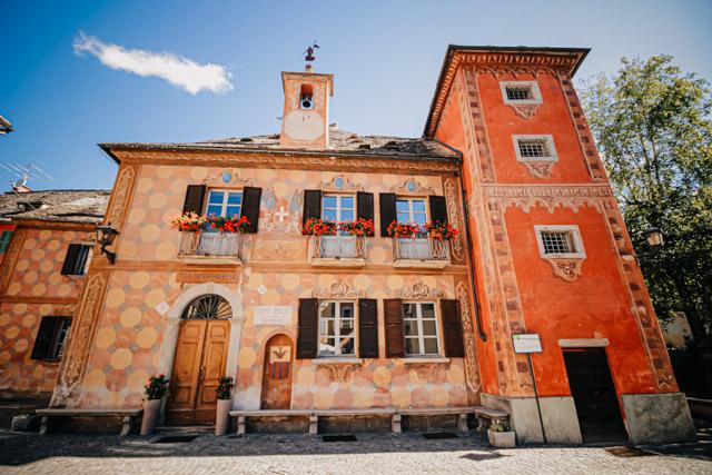 на фото главная площадь города Санта Мария Маджоре в долине Виджеццо в Италии