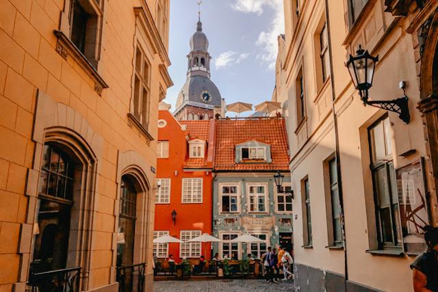 улица в центре Риги, на которой расположен ресторан 1221