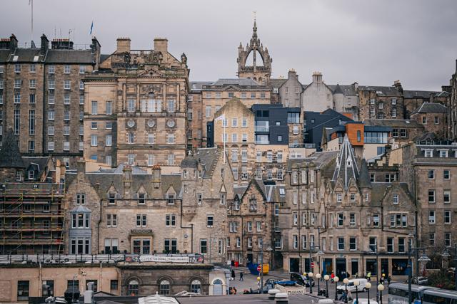 Вид на старый город в Эдинбурге