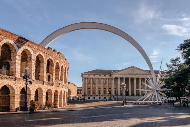 Рождественская звезда на площади Бра рядом с римским амфитеатром Арена в Вероне