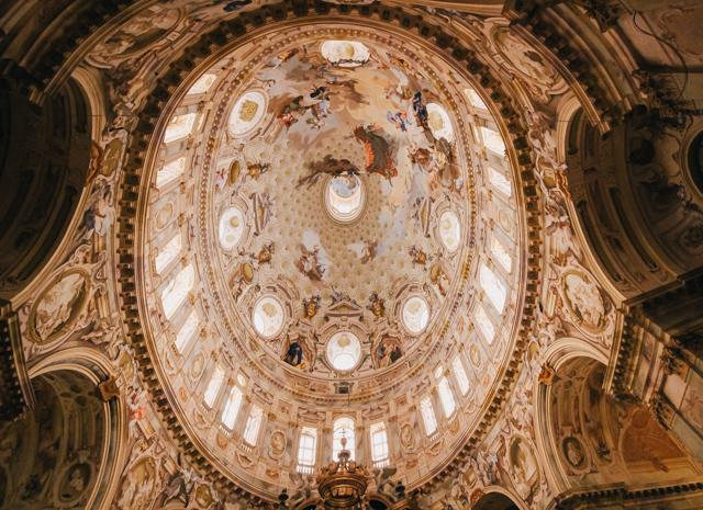 купол храма с фресками в городе Викофорте в Италии, регион Пьемонт