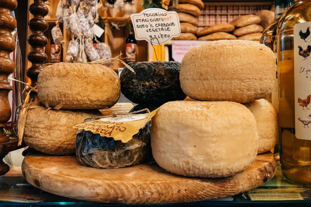 итальянский сыр пекорино на ветрине